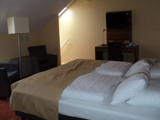 Holiday Inn München Unterhaching: Huge split level room