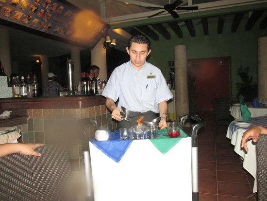 GR Solaris Cancun: The waitress making a good coffee with some alcohol