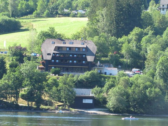 Boutique-Hotel Alemannenhof : a view of the hoel from the lake