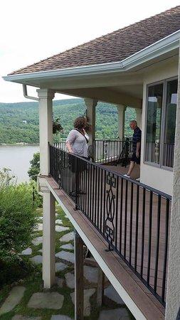 La Bel Worstell : Talking with Innkeeper Robert on the balcony