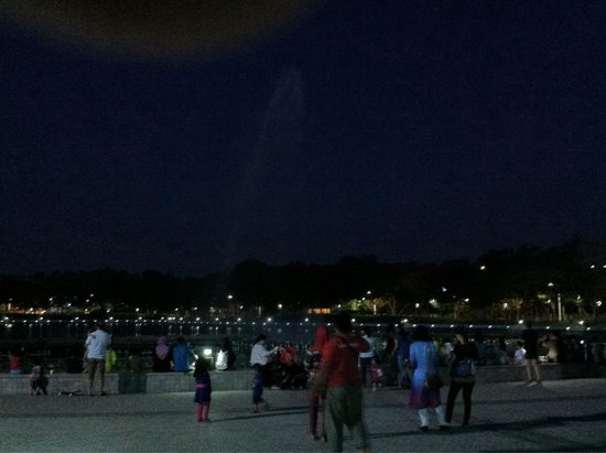 Tanjung Aru Perdana Park: The crowd waiting for the show