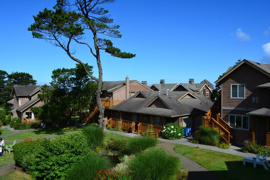 Inn at Cannon Beach : The courtyard is lovely in the AM
