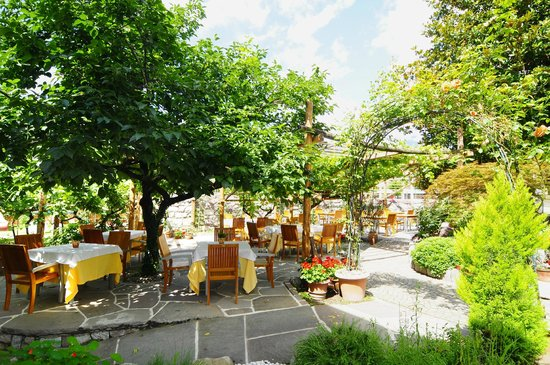 Ansitz Plantitscherhof: Restaurant in Meran im Sommer