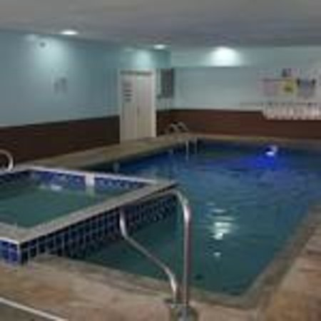 Quality Inn Merrillville: Indoor Heated Pool with Hot Tub