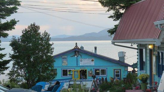 Islander Inn: View of the Raven Restaurant and Flat Head Lake