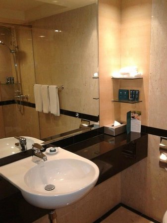 PARKROYAL on Beach Road : large wash basin with well stocked amenities