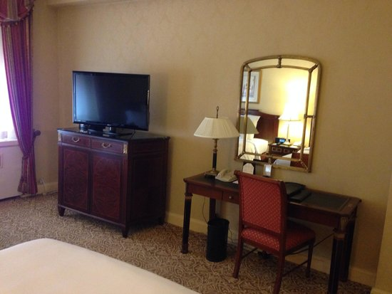 Waldorf Astoria New York: Desk and tv