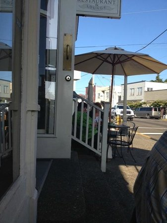 Bridgewater Ocean Fresh Fish House and Zebra Bar: Enjoy sitting on the sidewalk