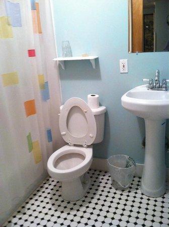 Morning Glory B&B Woodstock NY: Blue room bathroom