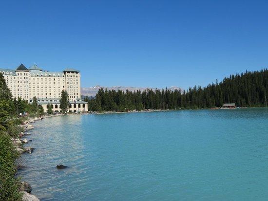 Fairmont Chateau Lake Louise : Hotel from the lake's edge