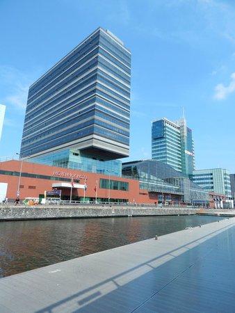 Movenpick Hotel Amsterdam City Center: Outside daylight view