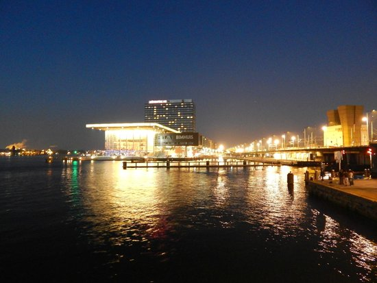 Movenpick Hotel Amsterdam City Center: Outside nigh view from harbor