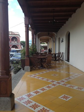 Hotel Plaza Colon: front patio overlooking the city square