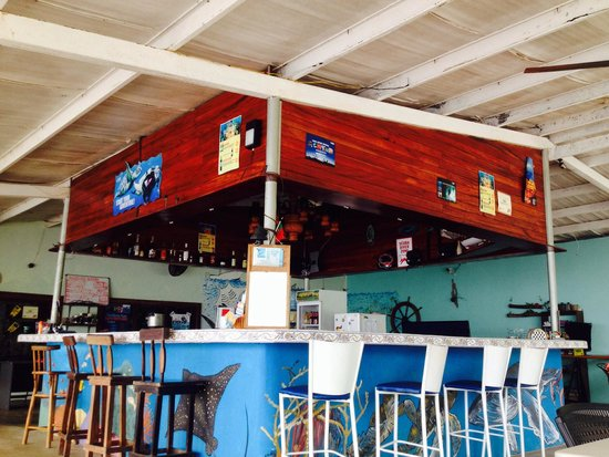 Octopus Garden Hotel & Dive Resort: outdoor bar