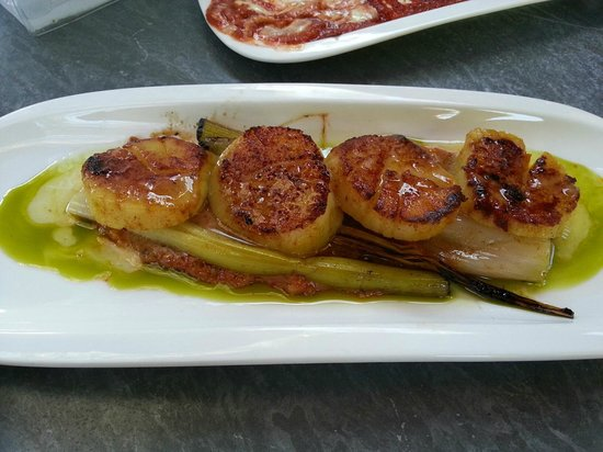 Bravas: sea scallops with Romesco and leeks