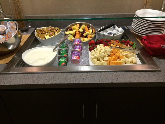 Cambria hotel & suites Raleigh-Durham Airport: Breakfast buffet Cambria