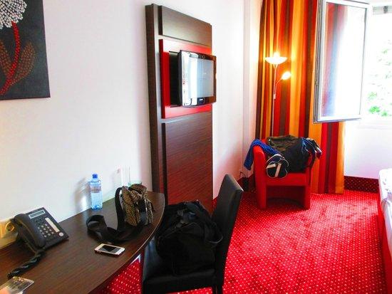 Best Western Plus Amedia Wien: TV and desk