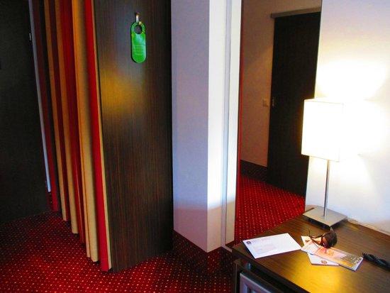 Best Western Plus Amedia Wien: Mirror, wardrobe and desk