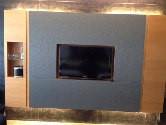 Hotel Le Germain Maple Leaf Square: TV with inbuilt cabinets