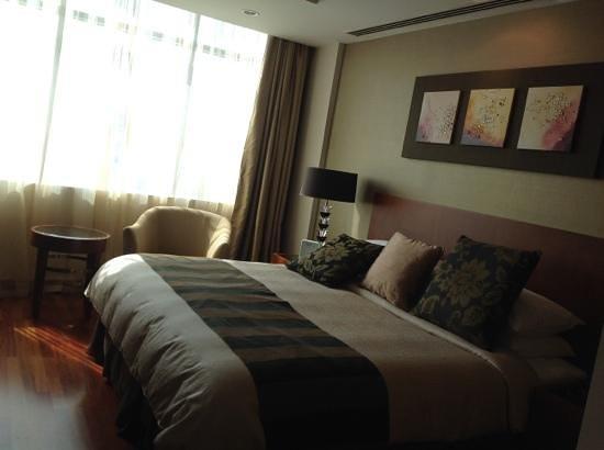 Fraser Suites Seef Bahrain: bedroom with Celing to Floor windows