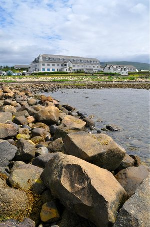 BEST WESTERN Kinloch Hotel: Kinloch Hotel from the 'stone pier'