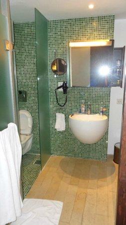 Hyatt Regency Dar es Salaam, The Kilimanjaro : WC and sink