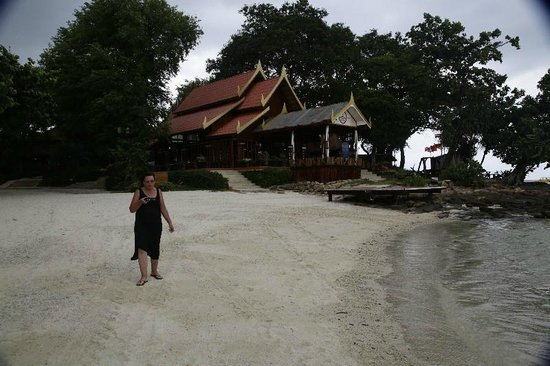 Phi Phi Natural Resort : The hotel is right in the beach