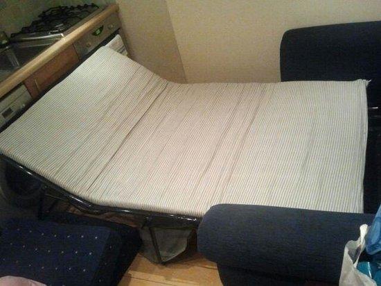 Leeson Bridge Guesthouse: questo il divano letto in cui secondo loro avrei dovuto far dormire due bambine. non si apriva n
