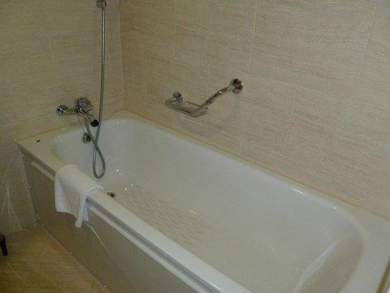 Dunboyne Castle Hotel And Spa: Room 116 bathroom