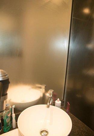 Motel One Dresden-Palaisplatz: Keine Lüftung im Bad... dafür beschlagene Spiegel