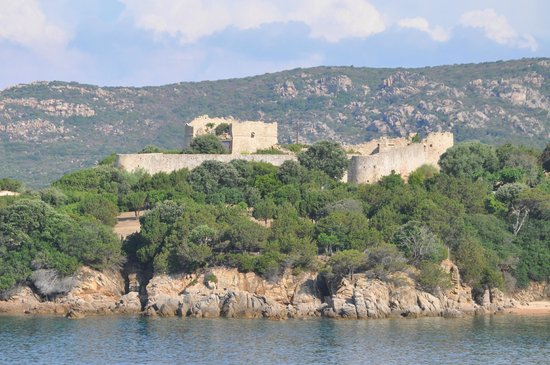 Hotel du Golfe : Remnants of a castle as seen from our balcony.