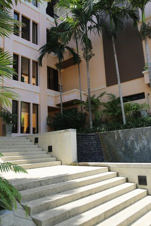 Aonang Cliff Beach Resort: leading towards the ocean view suites