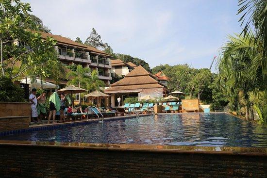 Aonang Cliff Beach Resort: poolside