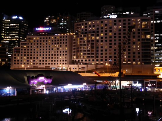 Four Points by Sheraton Sydney, Darling Harbour: Four Points at night