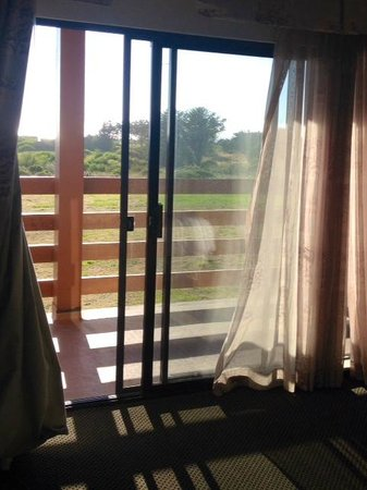 Gold Beach Resort: Nice view but battered drapes