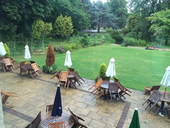 The Slaughters Country Inn : The terrace and garden