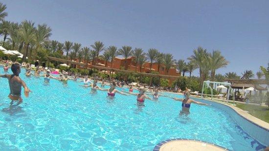 Sharm Grand Plaza : Дилан - любимец всех женщин - каждый день ведет аквааэробику