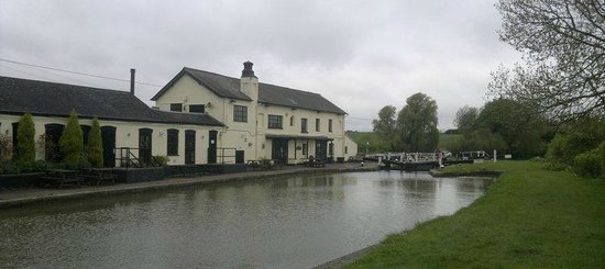 The Three Locks Pub: Lovely position by the locks (a little overcast the day we visited though!)