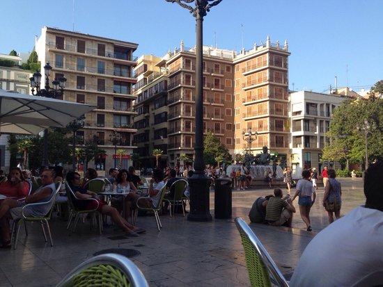Plaza de la Virgen: Beautiful! Full of little cafés!