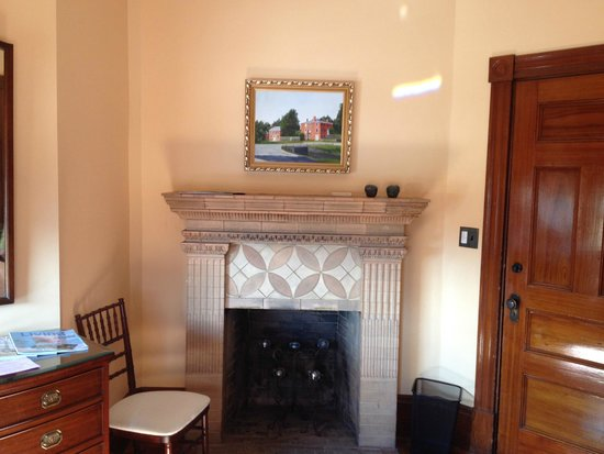 Colony House Bed & Breakfast: Lovely fireplace.