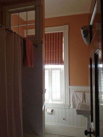 Colony House Bed & Breakfast: Check out the interior window on the shower wall.