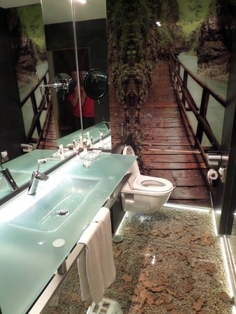 Hotel Santo Domingo Madrid : Cool bathroom, but watch out for the ricocheting sink!