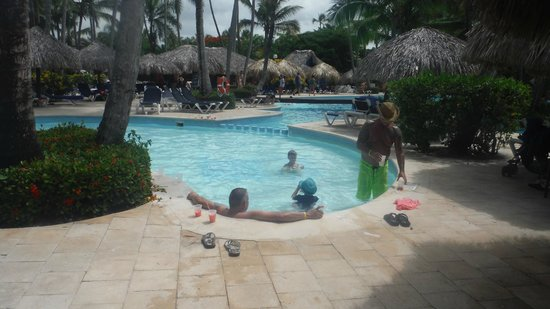 Grand Palladium Bavaro Suites Resort & Spa: Kiddie pool, with volleyball net in the adjacent pool