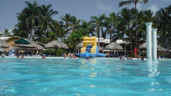 Grand Palladium Bavaro Suites Resort & Spa: Giant pool near buffet at Grand Palladium Palace