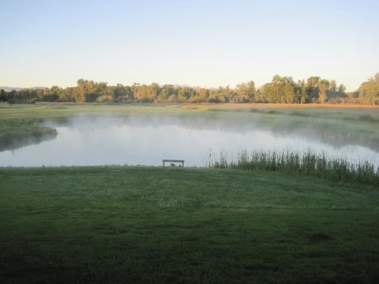 Gallatin River Lodge: Early morning steam rising off of the pond.