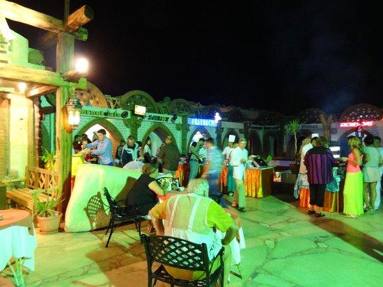 Amar Sina Village : Ужин перед главным входом