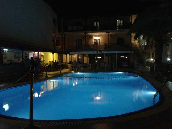 Hotel Simeon: Η πισίνα το βράδυ!