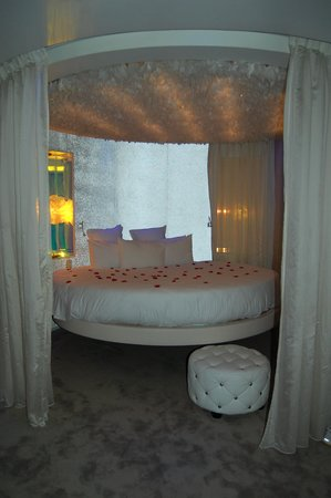 Seven Hotel Paris: lit rond  de 2.50m