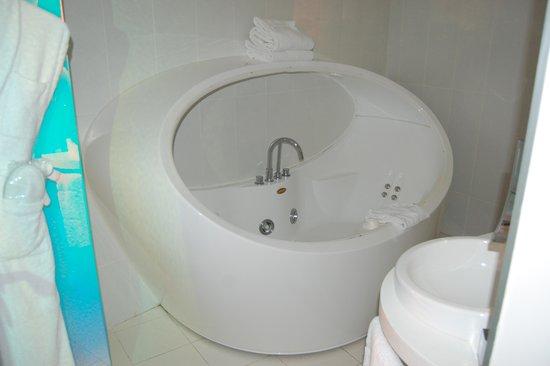 Seven Hotel Paris: baignoie a bulle jacuzzi