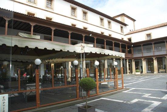 Eurostars Hotel de la Reconquista: zona desayuno y patio interno